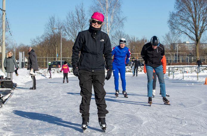 Carla Hekket (73) uit Renkum op de baan van de Edese IJsvereniging aan de Langekampweg.