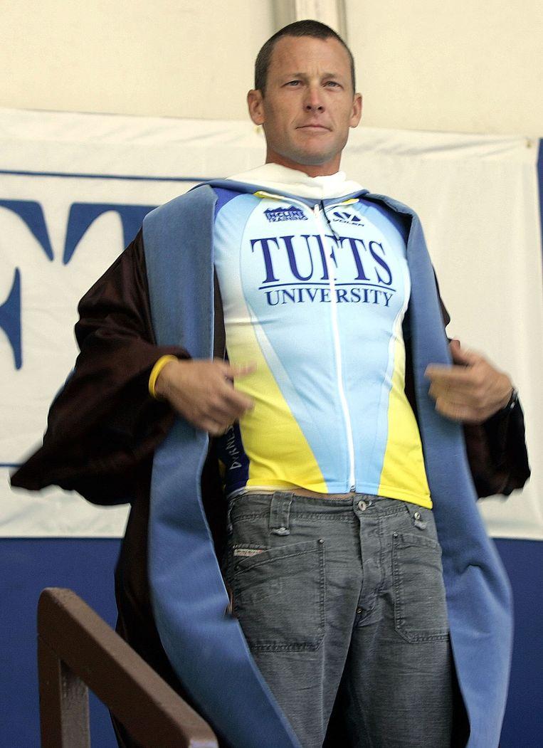 Lance Armstrong ontvangt het eredoctoraat van de Tufts universiteit in 2006. Beeld AP