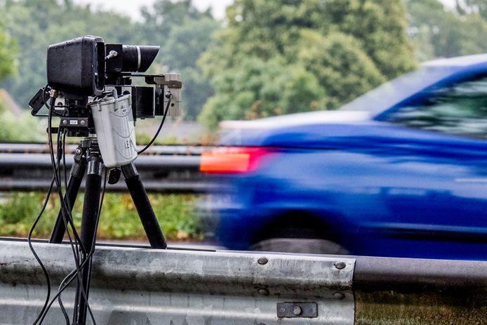 Een mobiele snelheidcontrole langs de snelweg.