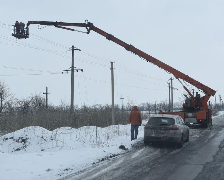Tijdens een kort bestand moesten vandaag de vernielde elektriciteitsleidingen in Avdiivka gerepareerd worden. Beeld Photo News