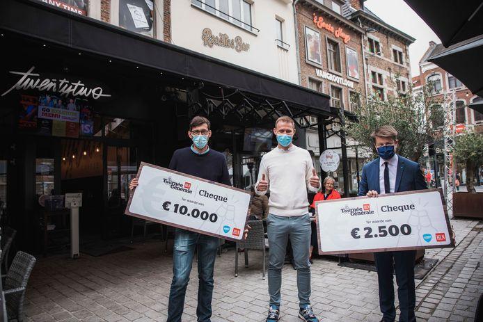 HLN-hoofdredacteur Brecht Decaestecker (links) en topman van Horeca Vlaanderen Matthias De Caluwe (rechts) overhandigden de cheques aan Wouter Mignolet van de Truiense koffiebar 'Twenty Two'.