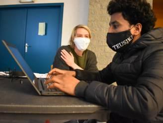 Met een laptop en begeleiding helpt nieuw project kwetsbare jongeren op weg