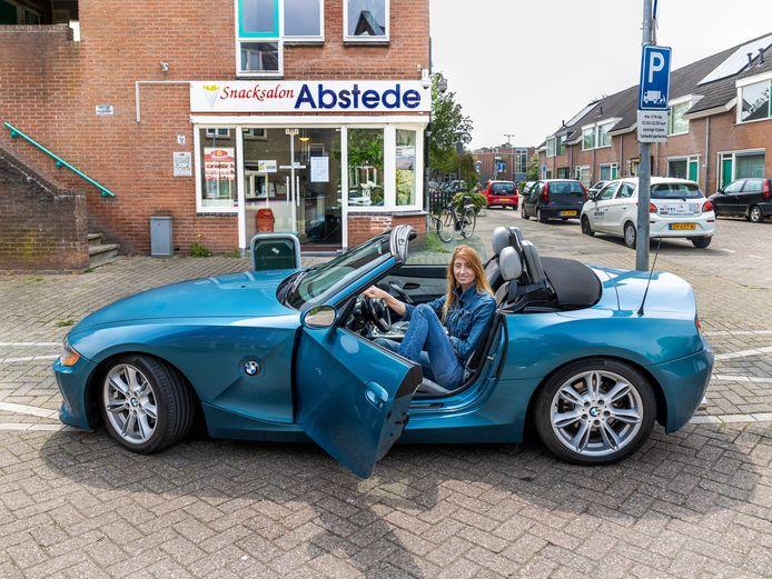 Iris Welcker (40) in haar BMW op de Notebomenlaan