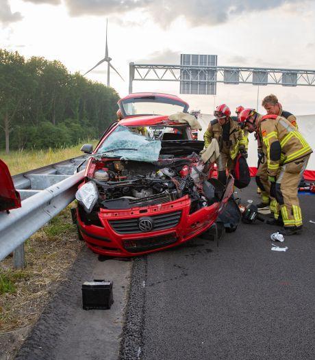 Gewonde, fileleed en auto totaal vernield bij ernstige botsing op snelweg A1 bij Deventer