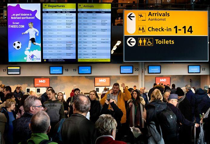 Archieffoto van drukte op Eindhoven Airport door dichte mist in begin december.