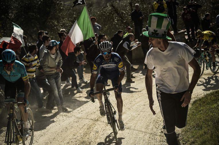 Frans wielrenner Julian Alaphilippe is onderweg tijdens de eendaagse wielerwedstrijd Strade Bianche in 2019.   Beeld AFP