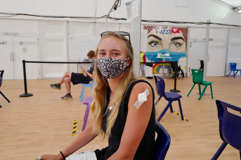 Een 18-jarige heeft net haar Pfizer-prik gekregen in Engeland Beeld Getty Images