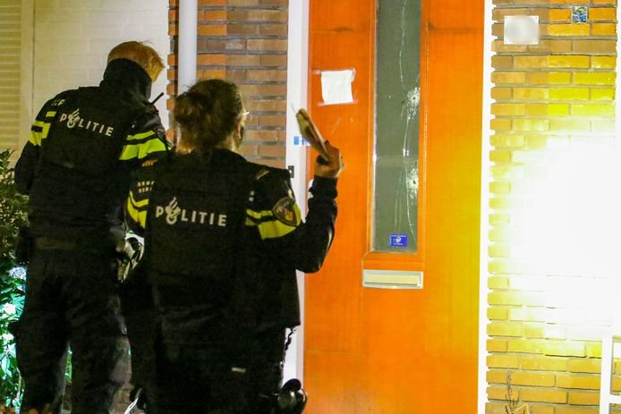 De politie onderzoekt de beschoten woning.