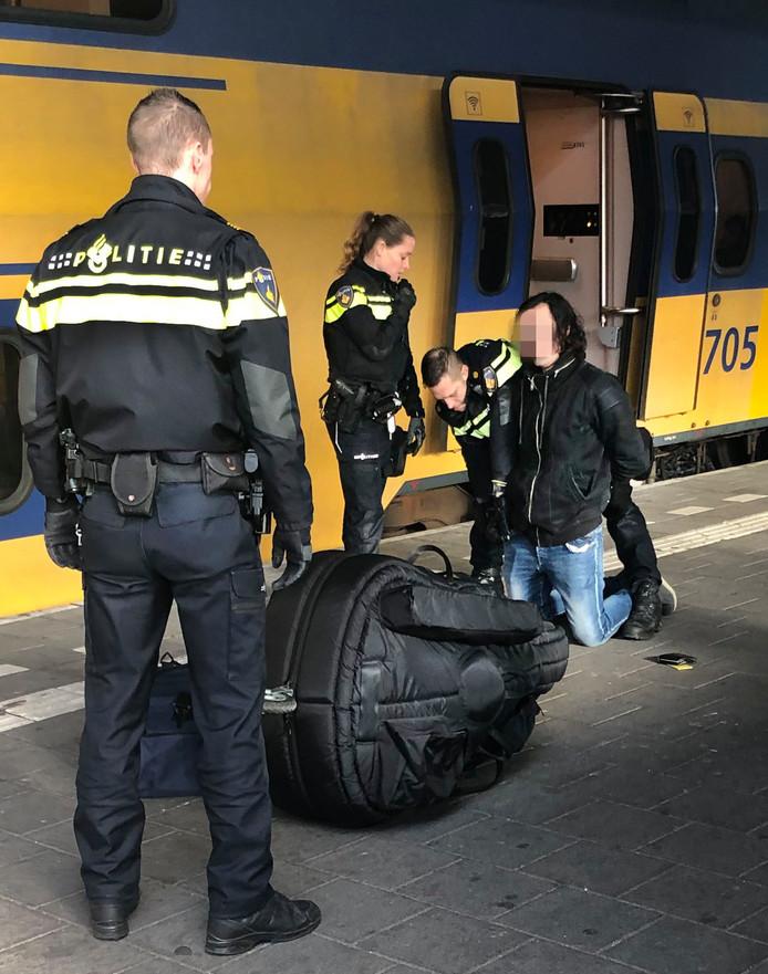 De arrestatie van de 23-jarige Joel S. op het station van Eindhoven. De begenadigd contrabasspeler blijft op verdenking van het doodsteken van Sarah Papenheim  drie maanden langer in voorlopige hechtenis.