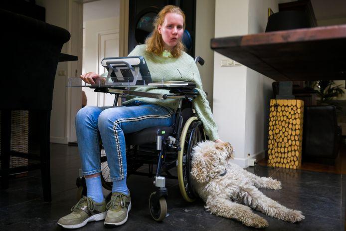 Steffie Hooijman uit Vught werd twee jaar geleden getroffen door een ernstige hersenbloeding. Haar labradoodle Sterre geeft haar mentale steun.