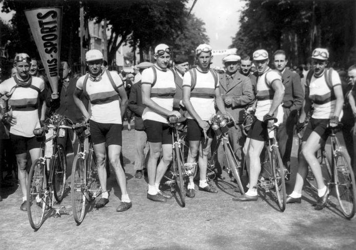 """John Braspennincx (vierde van links) deed één keer mee aan de Tour, in 1937. Hij stapte binnen een week af: ,,Er was bij de Nederlandse ploeg niks geregeld. Wij moesten nog wel zelf onze fietsen poetsen."""""""