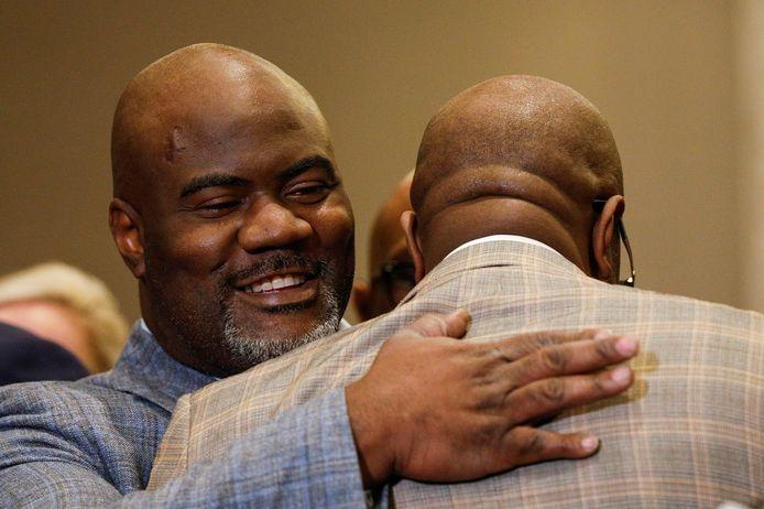 Rodney Floyd omhelst Philonise Floyd tijdens de persconferentie na het verdict.