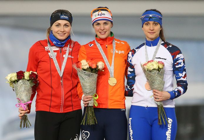 Hege Bøkko (l) flankeert Marrit Leenstra op het podium van de wereldbekerwedstrijd 1000 meter in Minsk (2018).