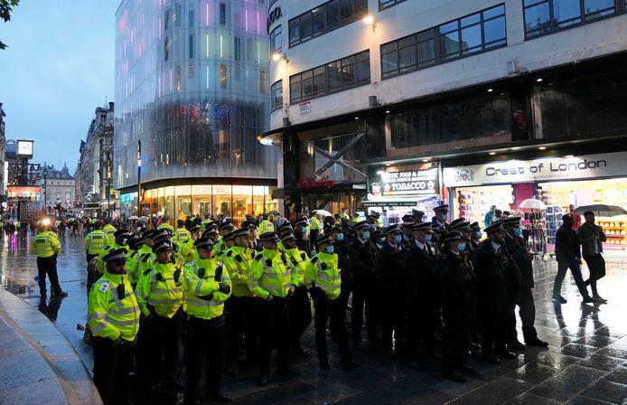 De politie op Leicester Square in London wacht op Schotse fans