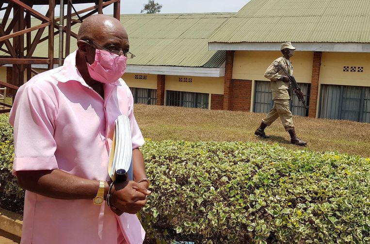 Paul Rusesabagina, de held van Hotel Rwanda, wordt gehandboeid naar de rechtszaal in Kigali gebracht. Hij was eerder al via een list naar Rwanda gelokt en daar gearresteerd. Beeld REUTERS