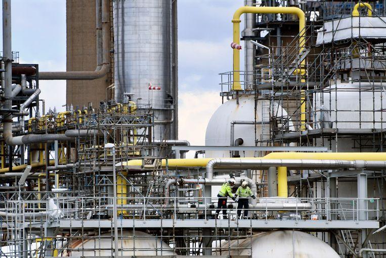 De grote Shell-raffinaderij in Pernis. Shell vergroent, maar de druk, ook van aandeelhouders, om dat sneller te doen wordt groter.   Beeld Peter Hilz, Hollandse Hoogte