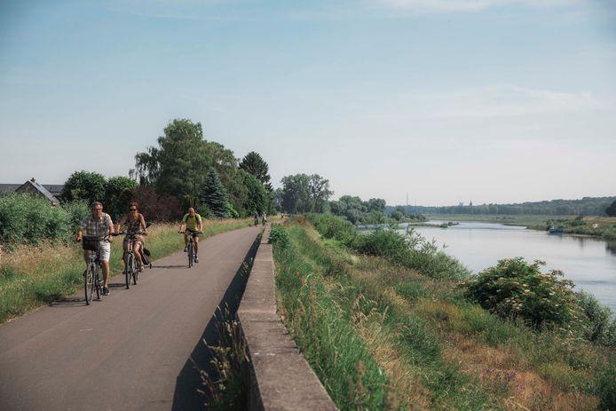 Het hoeft niet altijd zwaar te zijn: fietsers genieten van een tochtje langs de Maas.