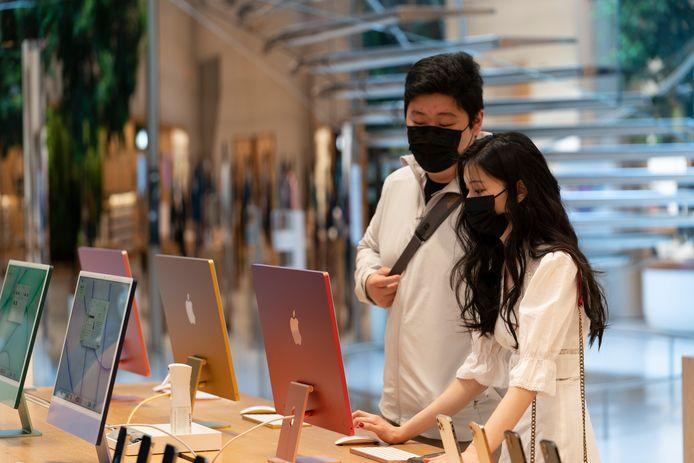 Klanten in de Apple Store in New York.