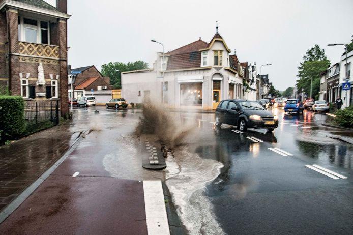 Wegdek wordt weggespoeld op de hoek van de Kwaadeindstraat en Hasseltstraat in Tilburg.