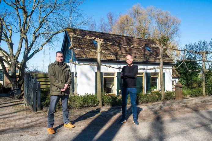 Michiel Mulderink (R) voor zijn huis en zijn buurman Richard Kuijpers in buurtschap De Kattekraam aan de Landekensdijk te Zevenbergschen Hoek. De oude hoogspanningslijn is nog zichtbaar achter het nieuwe huis. De nieuwe zou nog veel dichterbij komen.