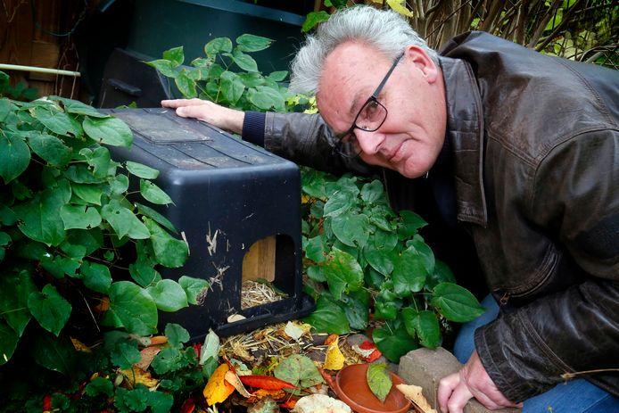 Stadsecoloog Johan Sterk had een egelhuis in zijn tuin, waar een rat in woonde. Het egelhuis op de foto is niet het egelhuis in zijn eigen tuin.