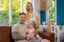 Tom en Renee met Charlie in hun woonkamer, hun nichtje Jarka heeft een koekjesactie opgezet om geld in te zamelen voor Stichting Metakids.