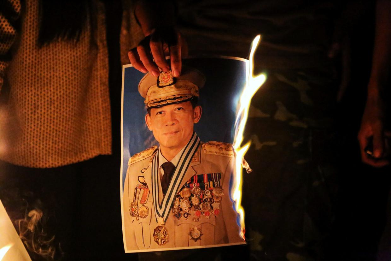 Mensen verbranden een foto van generaal Min Aung Hlaing tijdens protesten tegen de staatsgreep, in Mandalay, Myanmar.