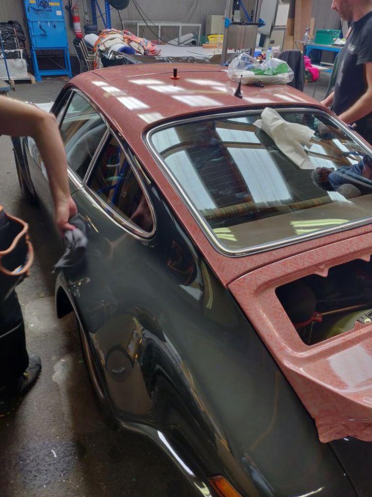 De Porsche wordt herspoten.