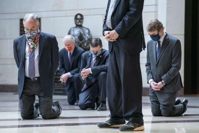 WASHINGTON, DC -Amerikaanse senatoren knielen ter herdenking van de dood van George Floyd en de Black Lives Matter beweging.