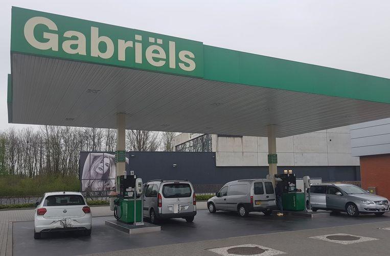 Nederlanders die komen tanken in coronatijden. De aangekondigde controles maken duidelijk nog geen indruk.