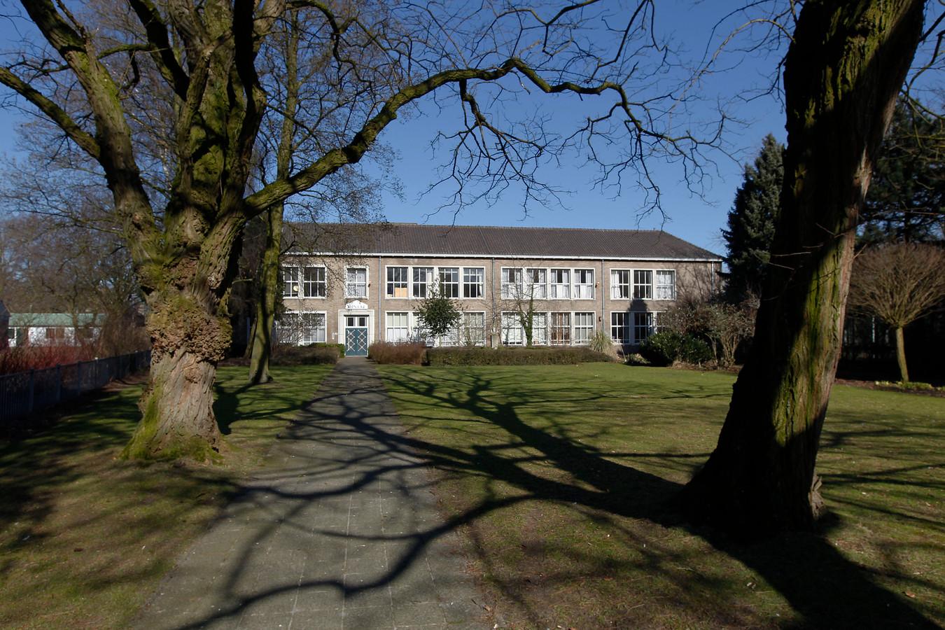 De voormalige huishoudschool aan de Kruisstraat in Deurne.