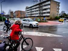 'Tweebaansrotonde' bij Leerpark aangepakt: rode verf moet duidelijkheid scheppen