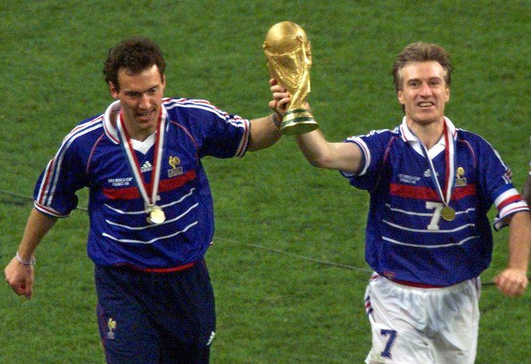 Aanvoerder Deschamps pronkt samen met Laurent Blanc met de Wereldbeker in 1998. Beeld AFP