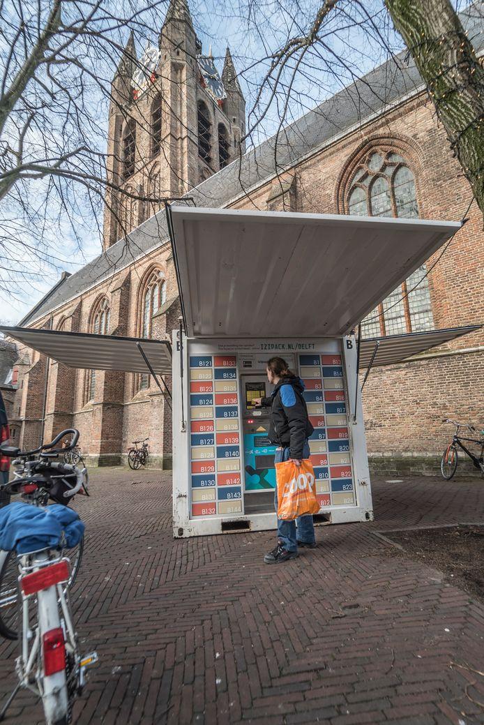 Wim haalt zijn online shopping op bij de container op de Heilige Geestkerkhof