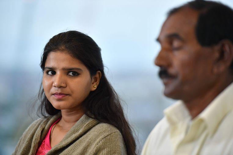 Een van de dochters van Asia Bibi gaf samen met haar vader deze week interviews in Londen. Beeld AFP