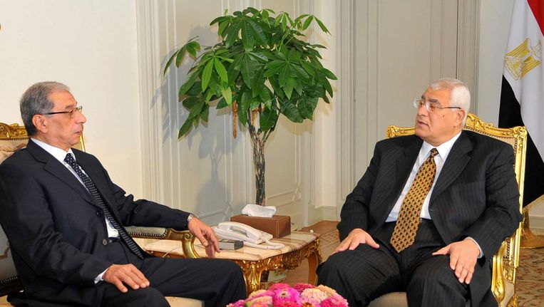Interim president Adly Mansour (R) met hoofdaanklager Hisham Barakat in 2013. Beeld REUTERS