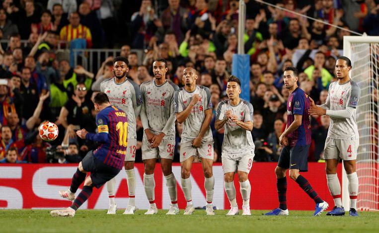 Messi scoort de 3-0 uit een vrije trap. Rechts Liverpool-speler Van Dijk. Beeld Action Images via Reuters