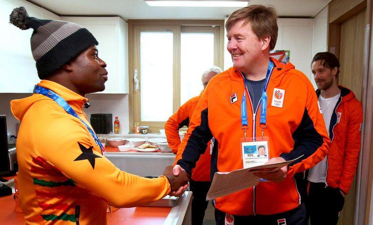 Koning Willem-Alexander spreekt met Akwasi Frimpong in het olympisch dorp Beeld ANP