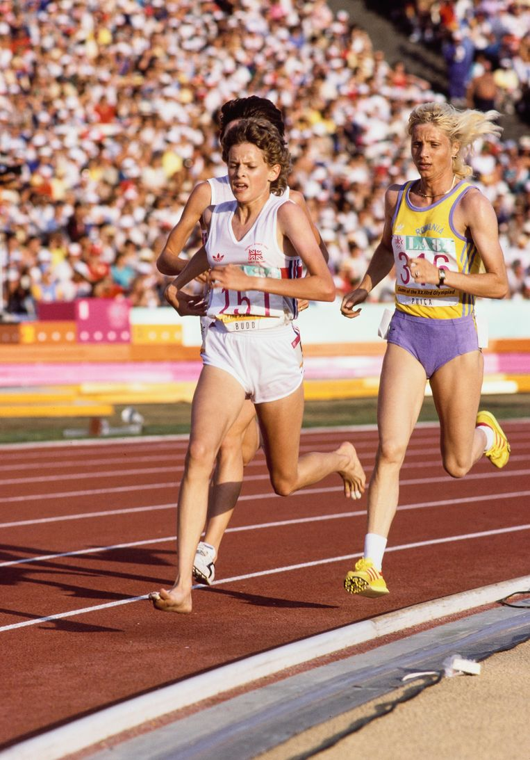 Gold Medal Winner Maricica Puica #316 of Romania and Zola Budd #151 of Great Britain running bare footed compete in the final of the Women's 3000 metres event on 10th August 1984 during the XXIII Olympic Summer Games at the Los Angeles Memorial Coliseum in Los Angeles, California, United States. (Photo by Steve Powell/Allsport/Getty Images/Hulton Archive) Beeld Hulton Archive