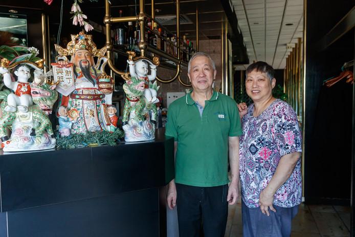 Het Singaporese echtpaar Lm (65) en Bl (60) Hsia runt al ruim dertig jaar restaurant Mei Wah op het Stationsplein Etten-Leur.