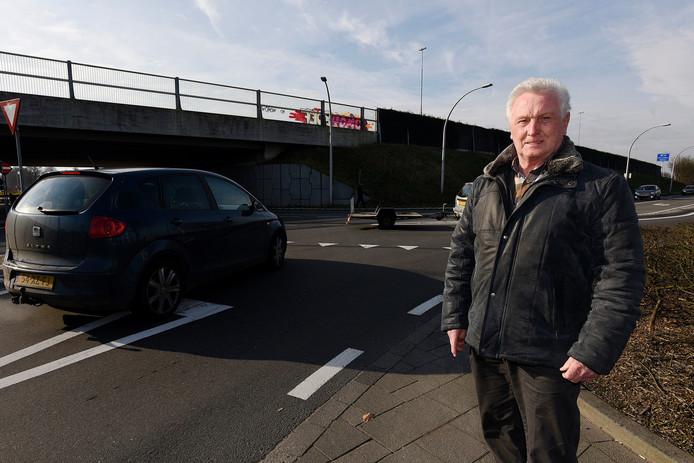Adrie van Bladel vlakbij het punt waar volgens zijn plan een rotonde aangelegd zou moeten worden.