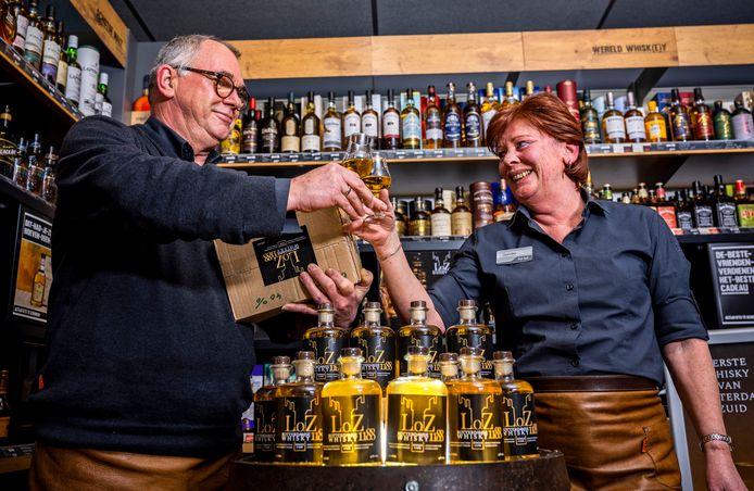 """Hans en Sandra van Bussel brengen een toast uit op de whisky die ze zelf ontwikkeld hebben. Hans: ,,Er is een droom in vervulling gegaan."""""""