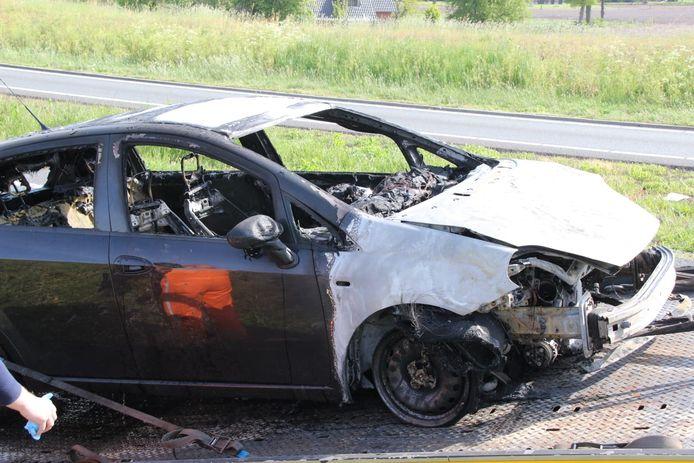 De auto brandde aan de voorkant volledig uit.