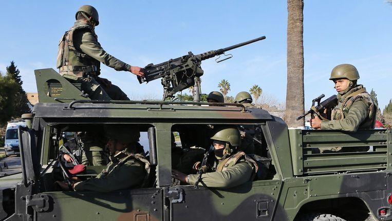Het Tunesisiche leger in actie tijdens een operatie in Tunis gisteren, waarbij schutters minstens 22 mensen, onder wie 20 toeristen, doodden. Beeld EPA