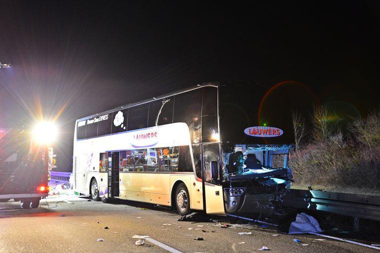 Een Belgische autocar is afgelopen nacht in Duitsland betrokken geraakt bij een ongeval. Beeld Kreuznach112