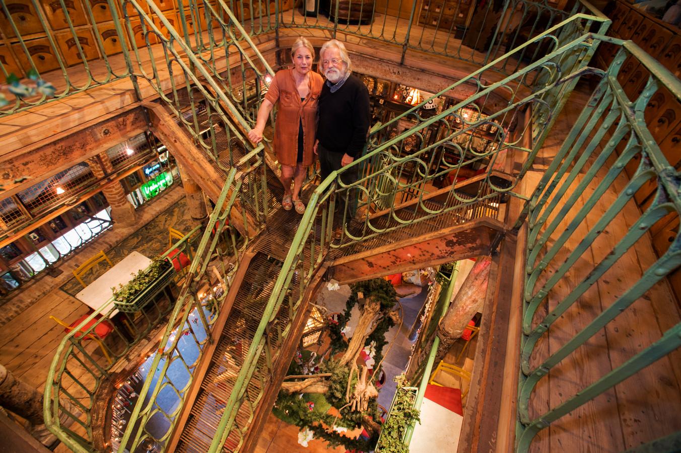 Angèle en Marcel van Riel hebben van hun woonboerderij het 'Monument van Riel' gemaakt.