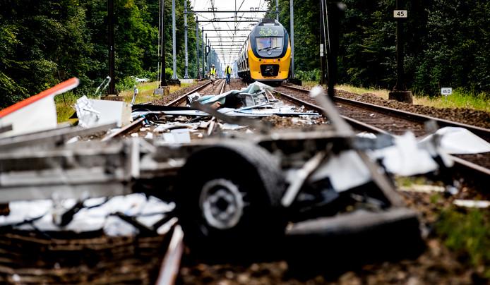Schade op een onbewaakte spoorwegovergang bij Heiloo waar een passagierstrein in juli vorig jaar op een bestelbus botste.