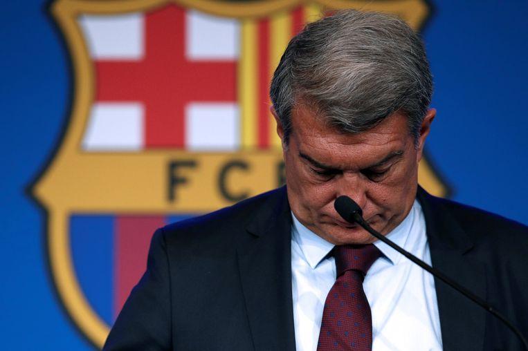 FC Barcelona-voorzitter Joan Laporta staat de pers te woord over het vertrek van Messi. Beeld EPA