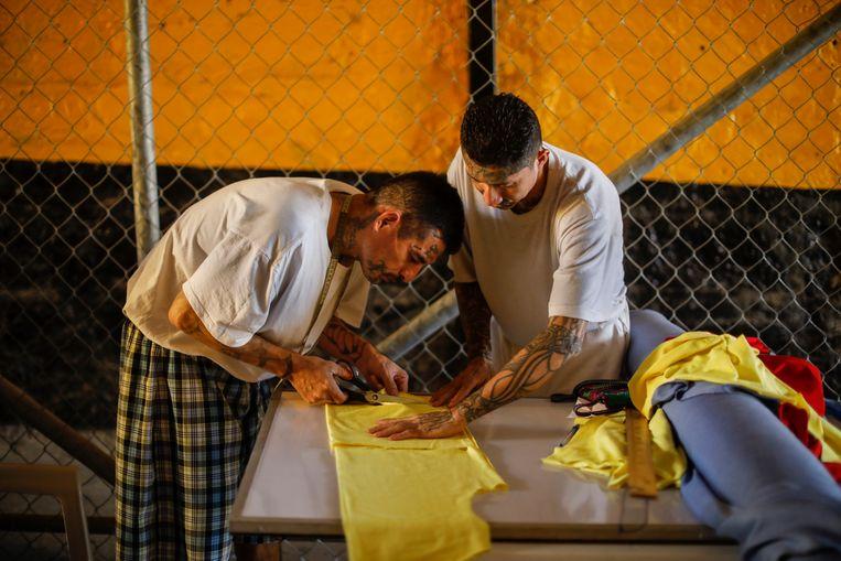 Op de binnenplaats is een groepje gedetineerden met naaigerief in de weer. Beeld JOSE CABEZAS
