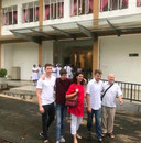 Monique Allen straalt op de de laatste foto die het gezin maakte voor hun pas geopende kinderafdeling in het hospitaal van Ratnapura.